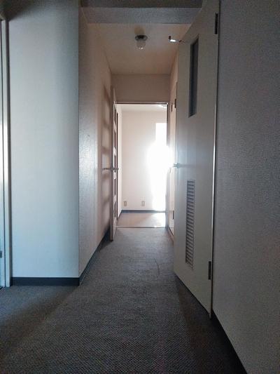 玄関から逆光